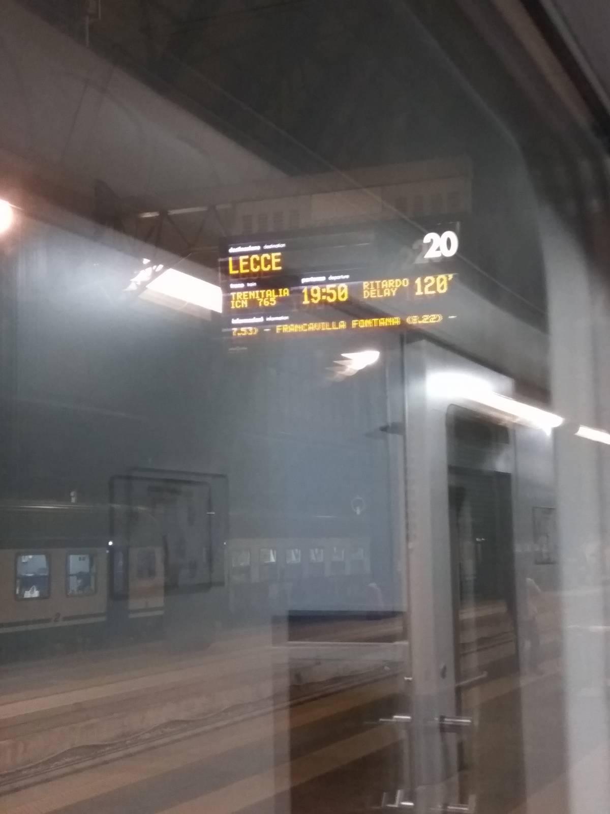 Pesanti disagi per i passeggeri dell'InterCity notte Milano-Lecce
