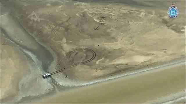 """Australia, bloccati nella palude scrivono """"Help"""" sul fango. In salvo due ragazzi"""