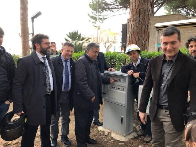 Se Orlando inaugura l'illuminazione di una piazza a Palermo