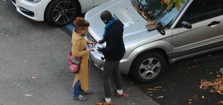 """Siena, venditore ambulante straniero minaccia coppia: """"Razzisti"""""""