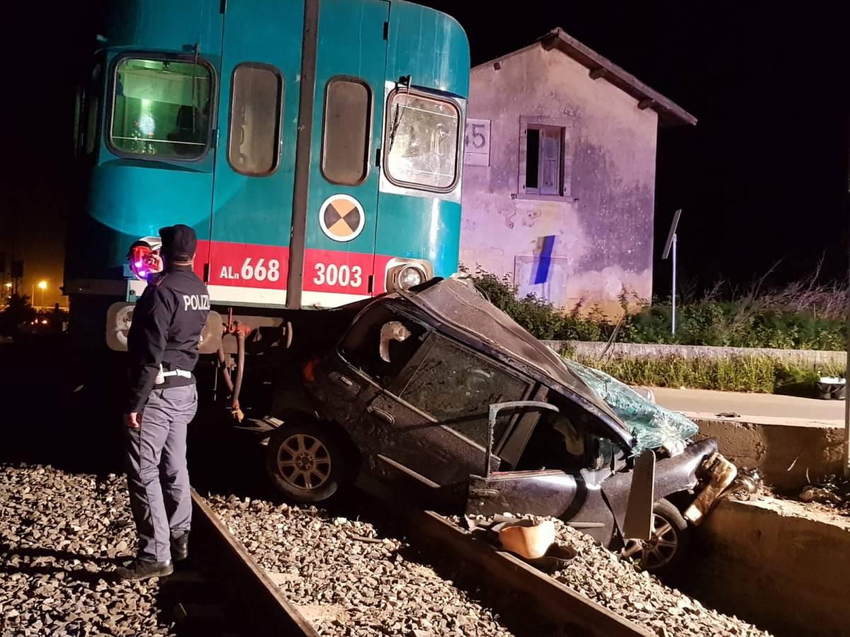 Treno in corsa travolge auto bloccata sui binari. Muore anziana, il marito ferito è indagato per omicidio colposo
