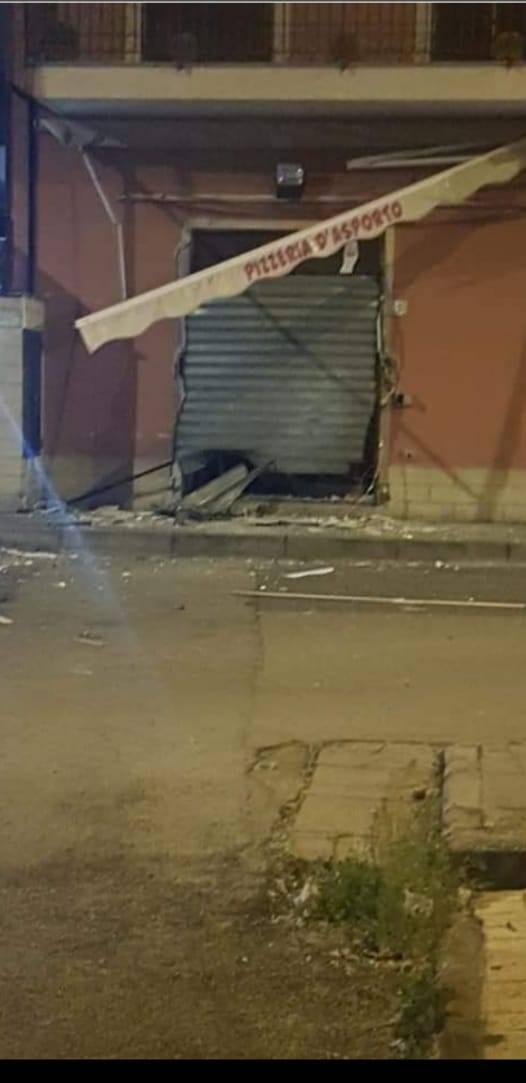 Paura racket nel Napoletano: bomba distrugge una pizzeria da inaugurare