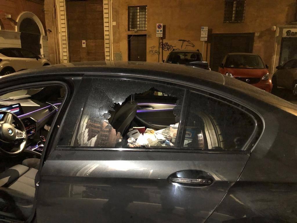 Roma, l'auto di Sgarbi danneggiata in strada