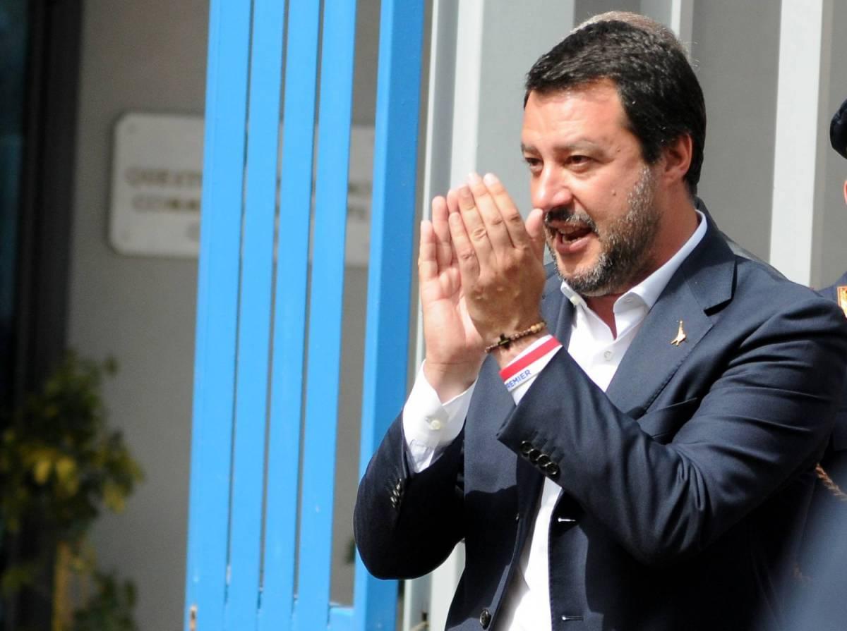 """C'è Salvini e cantano """"Bella Ciao"""". Il ministro """"zittisce"""" i contestatori"""