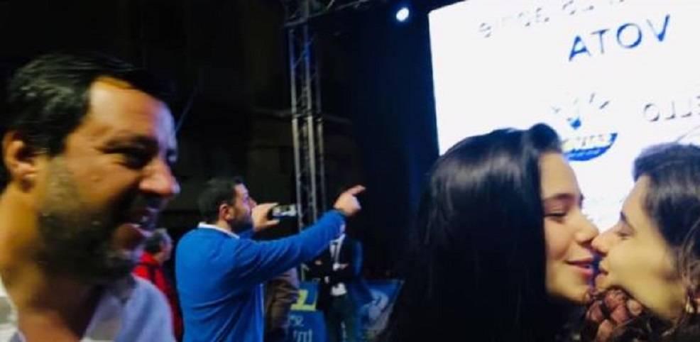 La replica di Salvini alle ragazze che si baciano