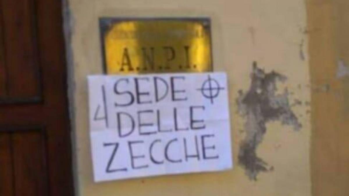 """Cremona, cartello davanti all'Anpi: """"Sede delle zecche"""""""