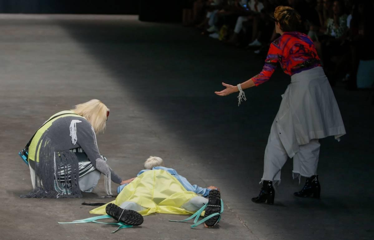 Modello si accascia e muore durante una sfilata