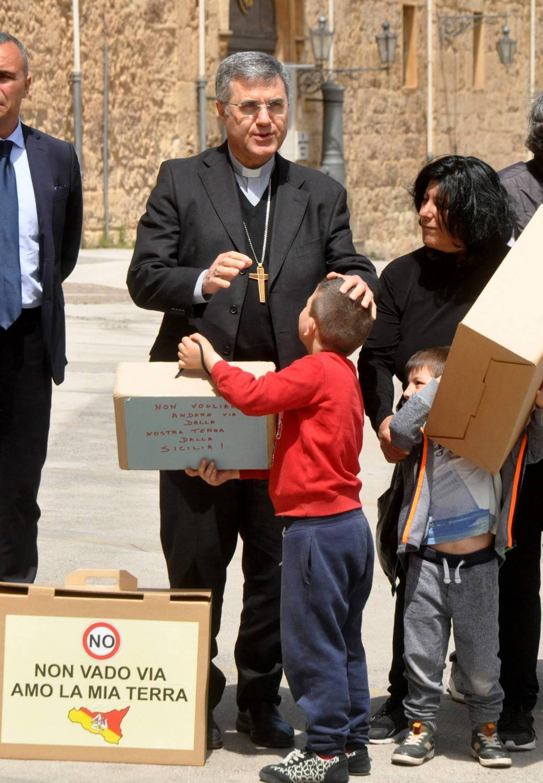 """Migranti, l'arcivescovo di Palermo contro le espulsioni: """"Decreti disumani"""""""