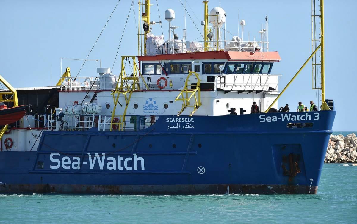"""La Sea Watch con 65 migranti a bordo. Salvini: """"Non avvicinatevi all'Italia"""""""