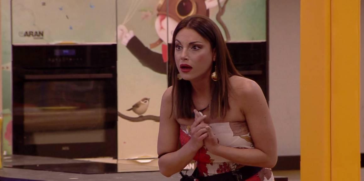 "Gf, la De André contro Mila: ""È una mongoloide"". L'offesa scatena il web"