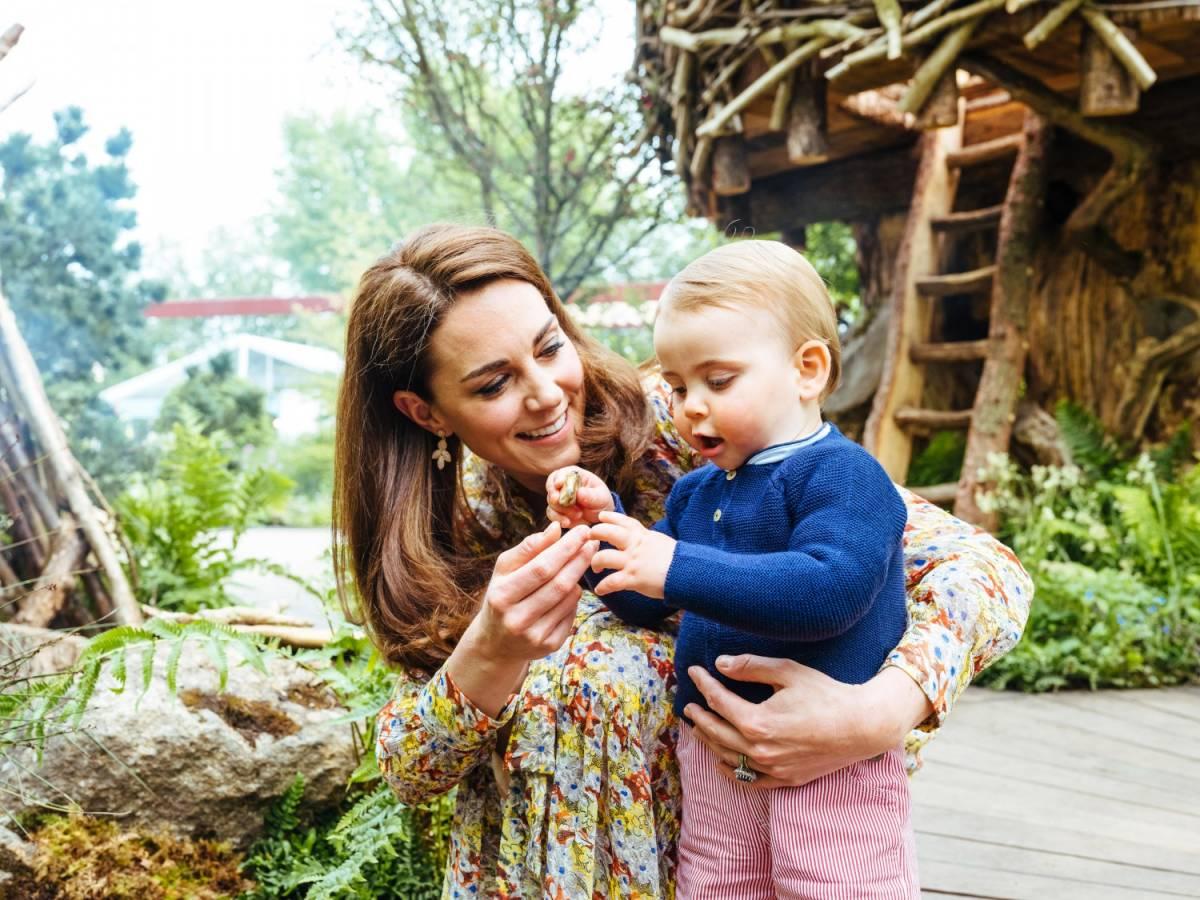 Kate e William giocano felici nel bosco con i figli