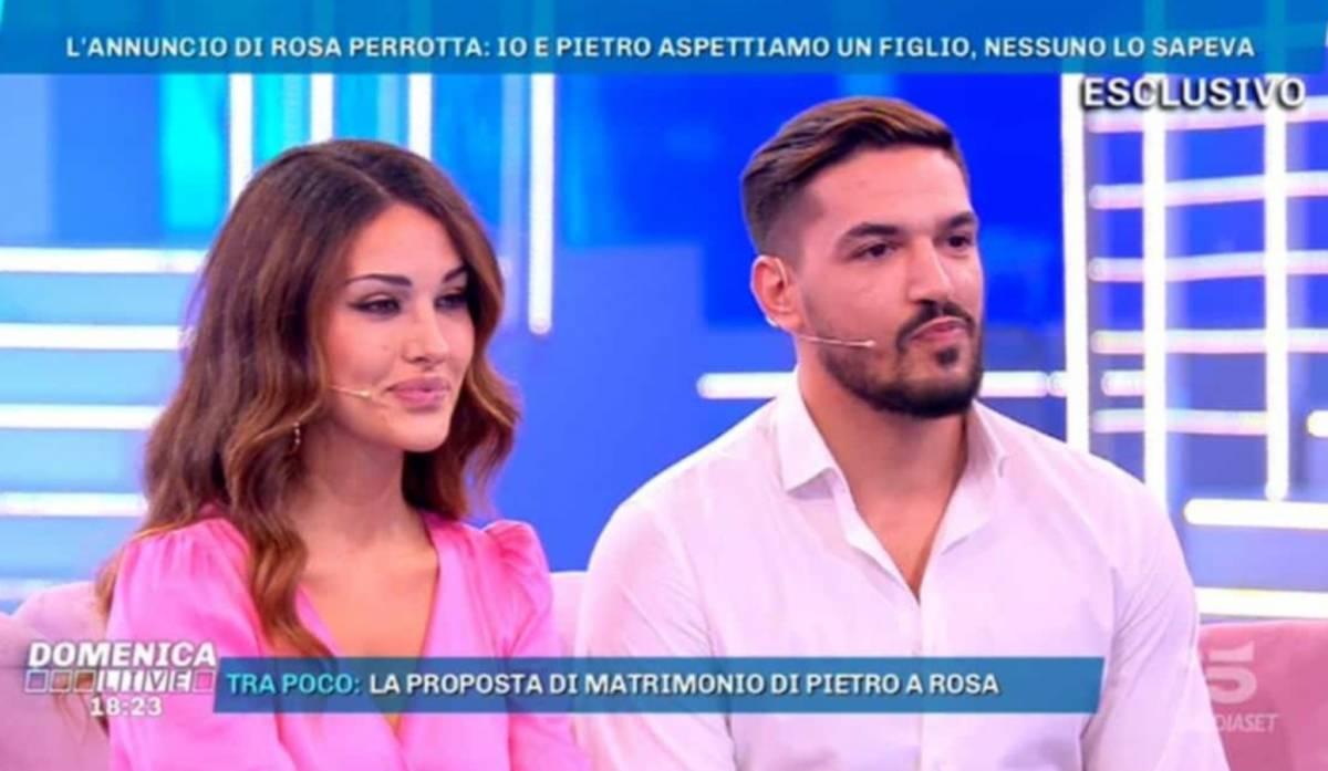 """Uomini e donne, Rosa e Pietro festeggiano la loro unione: """"2 anni e un figlio fa..."""""""