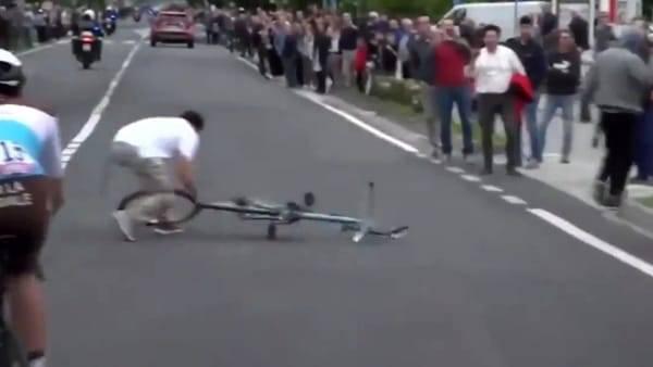 Giro d'Italia, scaglia bici in mezzo alla strada. Il gruppo frena in tempo