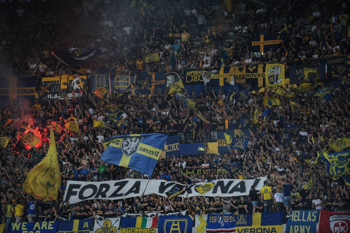 """""""Una squadra a svastica"""". Gli ultrà dell'Hellas Verona cantano coro neonazista"""