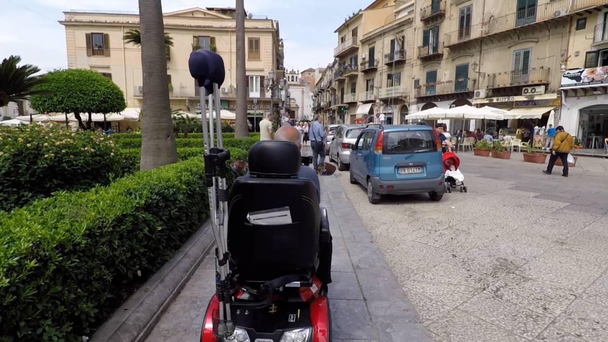 Vietato essere disabili: le avventure quotidiane di chi è costretto a muoversi in carrozzina