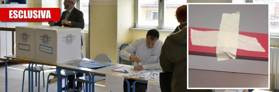 Al seggio elettorale coprono il crocifisso con lo scotch