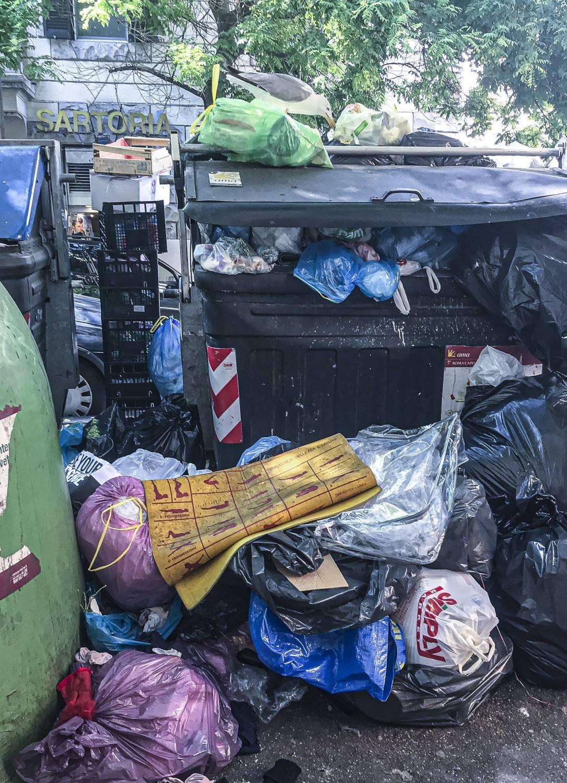 Roma, esame di maturità al via tra cumuli di rifiuti