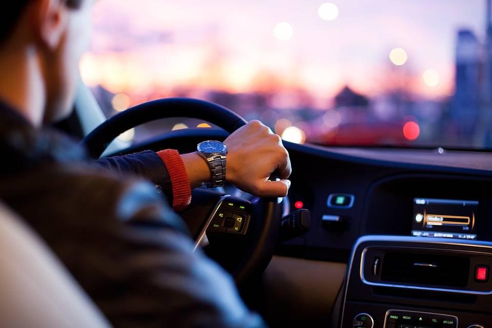 Si mostra senza slip, sorpassa e inchioda: la truffa sexy al volante