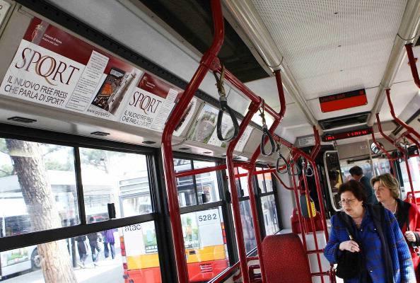 Roma, immigrato prende il bus senza biglietto e alza le mani su controllore donna