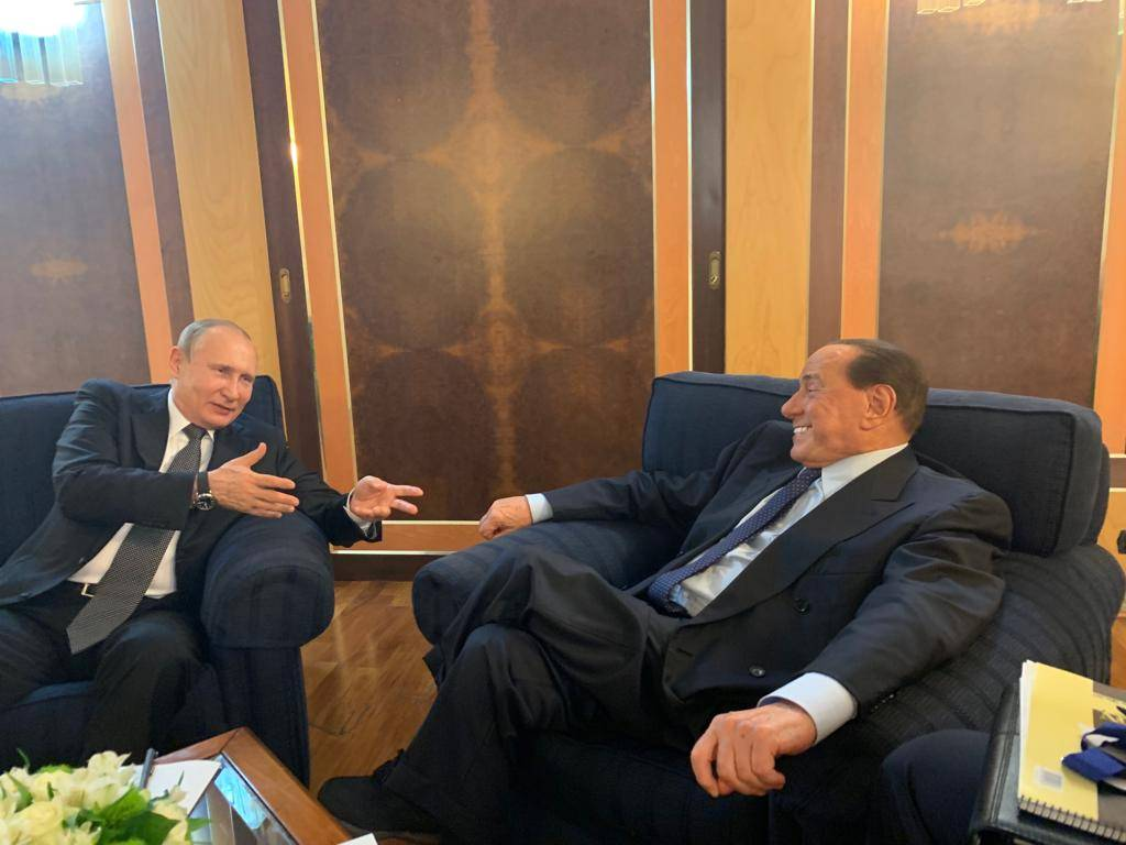 """Putin vede Berlusconi prima di ripartire: """"Incontro caloroso"""""""