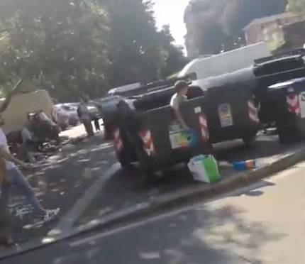 Torino, scene da terzo mondo: bimbo rom raccoglie rifiuti da bidone
