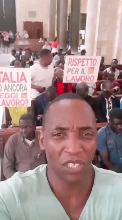 """Bari, braccianti occupano la basilica: """"Basta sfruttamento"""""""