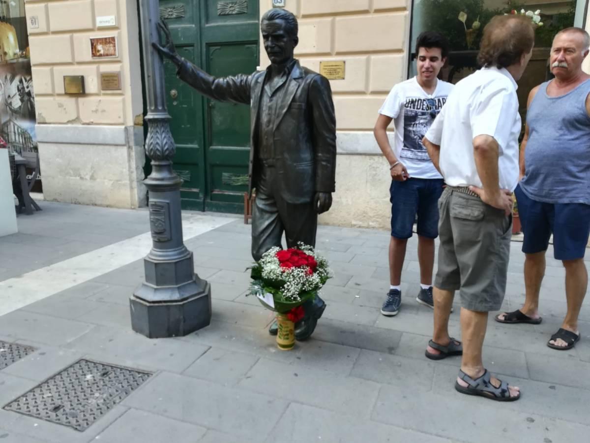 Il mazzo di fiore posizionato questa mattina dal sindaco di Porto Empedocle presso la statua del commissario Montalbano