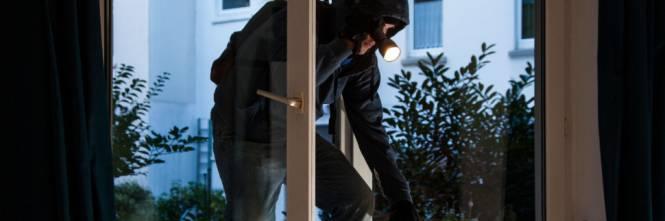 Furto in villa, rapinatori legano e imbavagliano padrona di casa