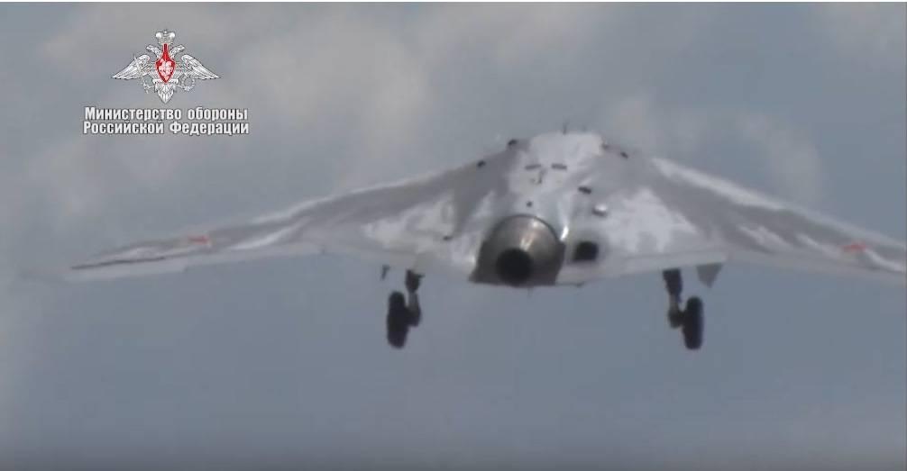 Russia, le immagini del primo volo del drone Hunter