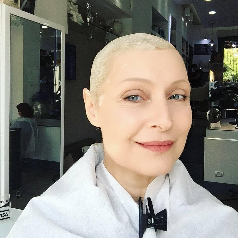 Sabrina Paravicini, la foto dal parrucchiere dopo le chemio fa il pieno di like
