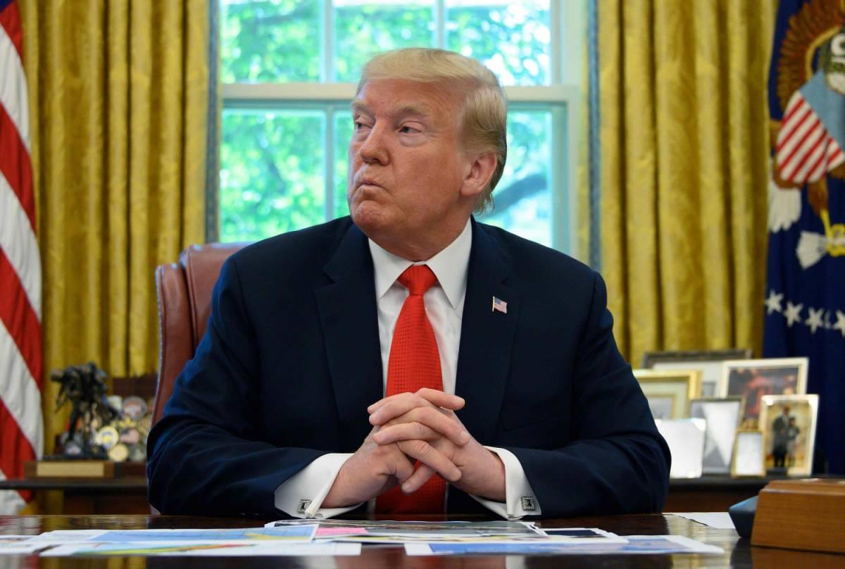 """Trump contro le lampadine a basso consumo: """"Mi fanno arancione"""""""