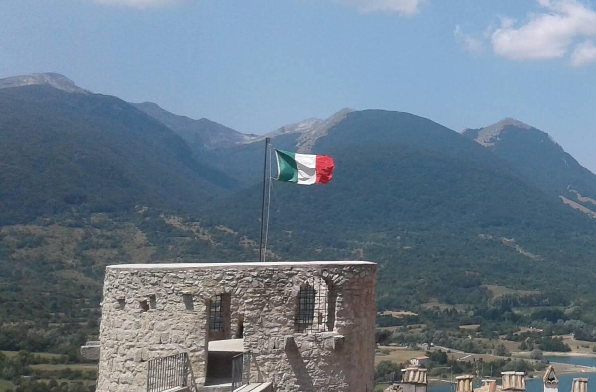 Sfregio di due stranieri agli Alpini: rubano il Tricolore e lo bruciano