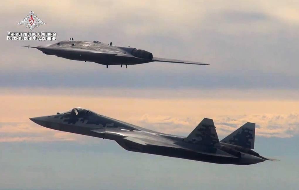 Russia, primo volo congiunto del drone Hunter con il caccia Su-57