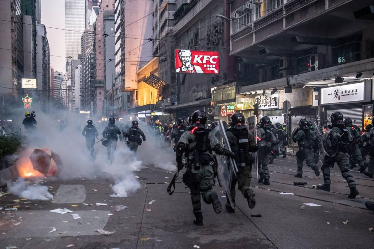 Hong Kong brucia. Lanciate molotov contro la polizia