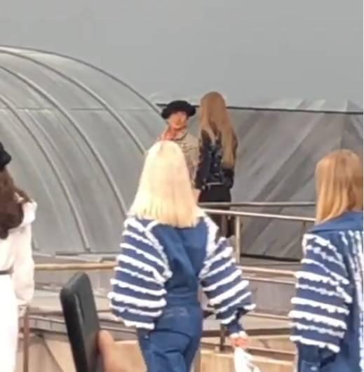 Gigi Hadid versione bodyguard:  blocca una infiltrata alla sfilata