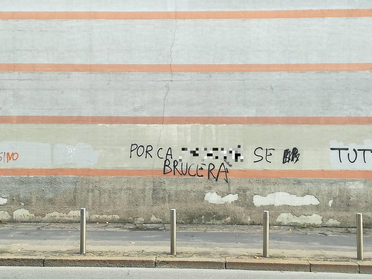 Bestemmia sulle mura di San Vittore. Ma nessuno la cancella