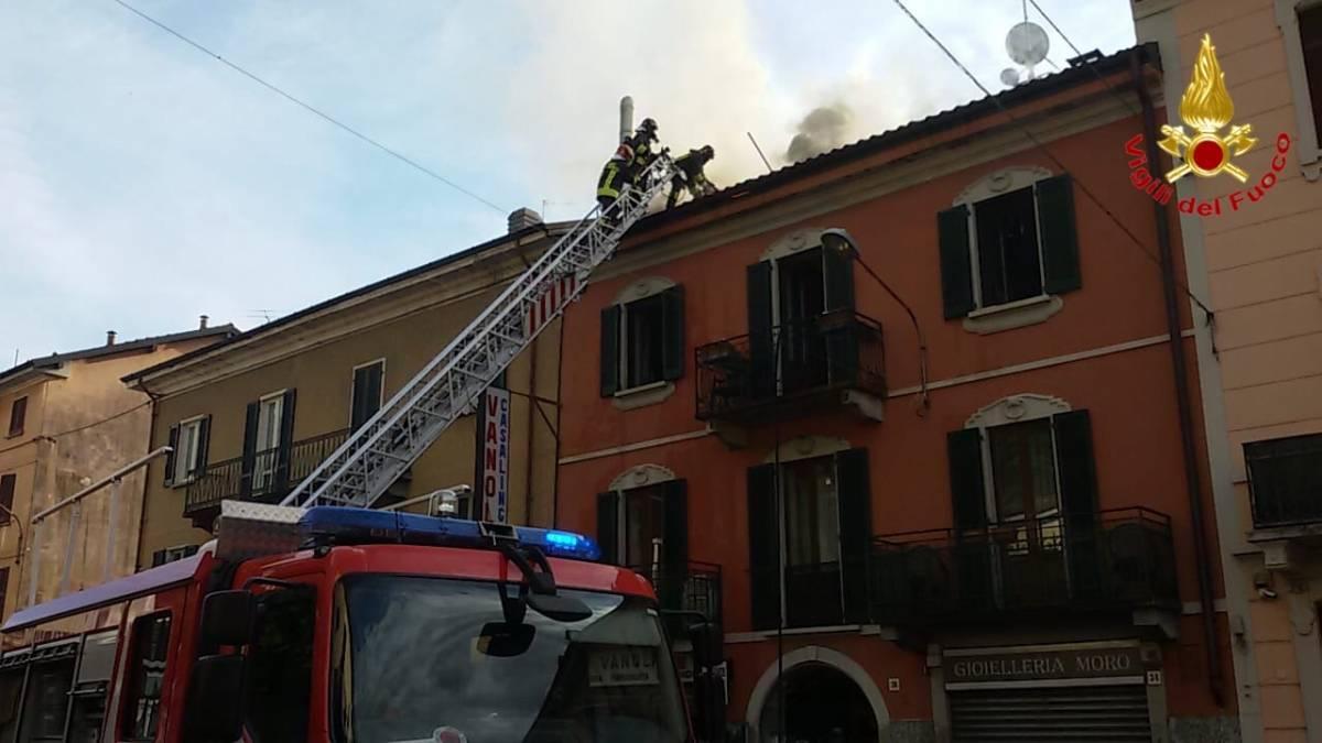 Varese, in fiamme un appartamento: tratti in salvo alcuni serpenti