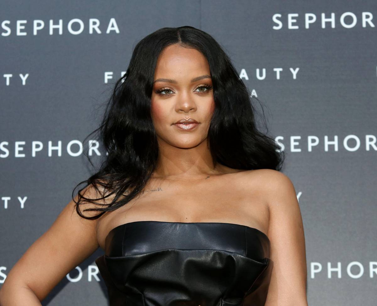 Rihanna mozzafiato in bikini nero e shorts