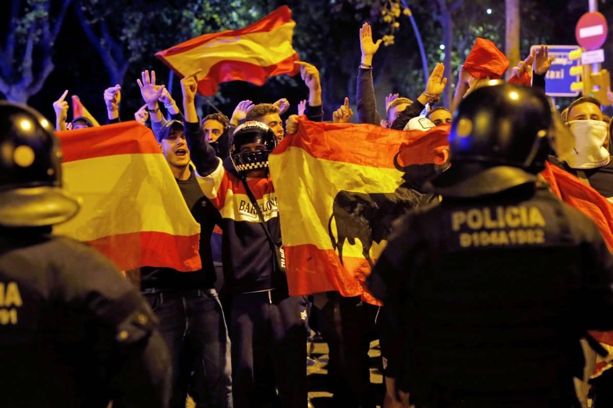 Spagna, Catalogna nel caos tra violenze e scontri per l'indipendenza