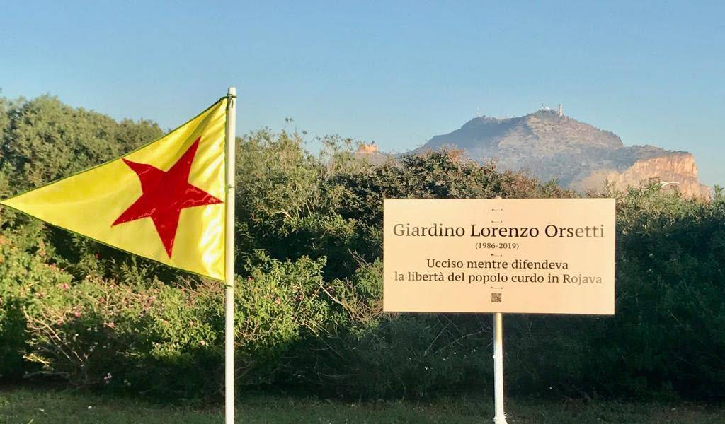 Al Foro Italico di Palermo appare una targa dedica a Lorenzo Orsetti