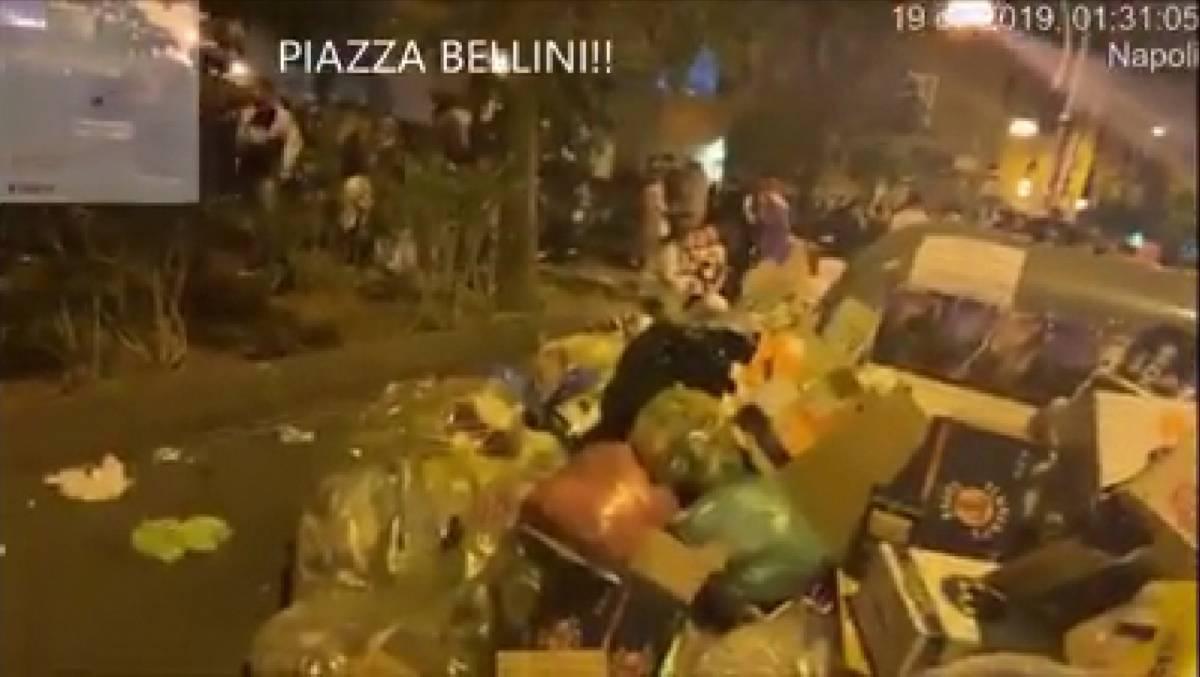 Napoli, in piazza Bellini la movida tra i cumuli di spazzatura