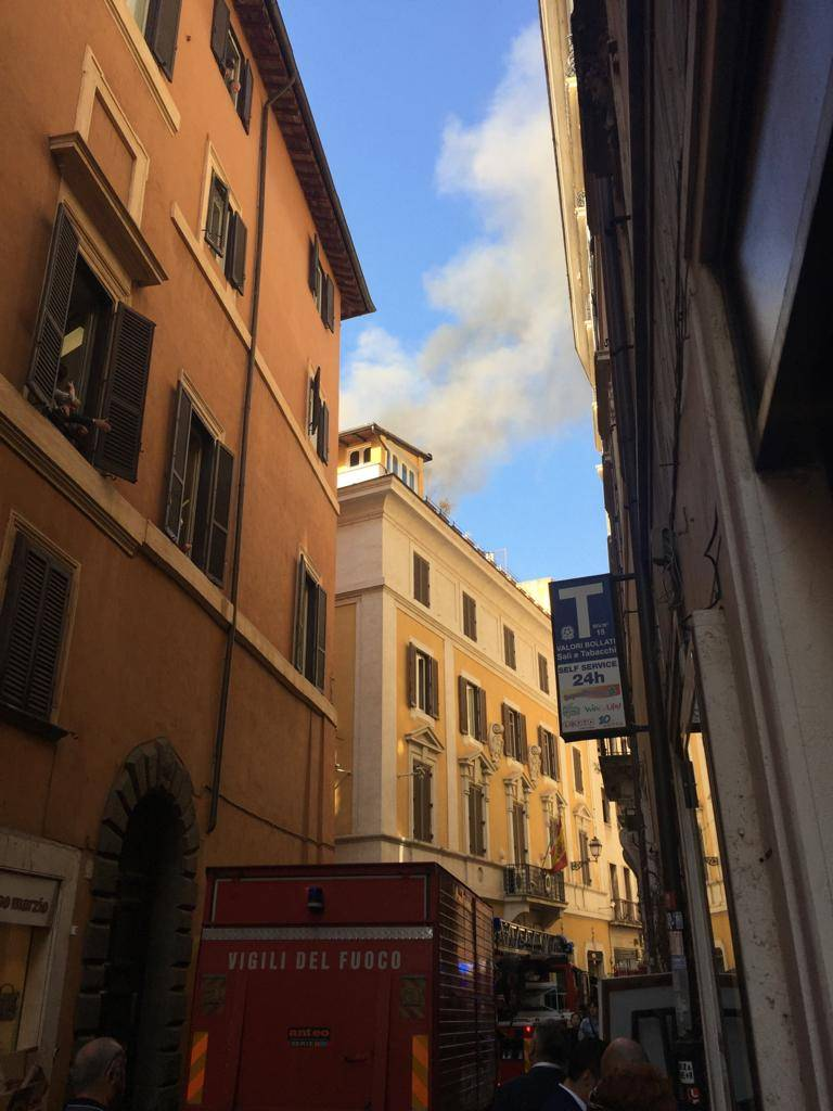 Roma, paura per un incendio vicino al Parlamento: fermati macchine e passanti