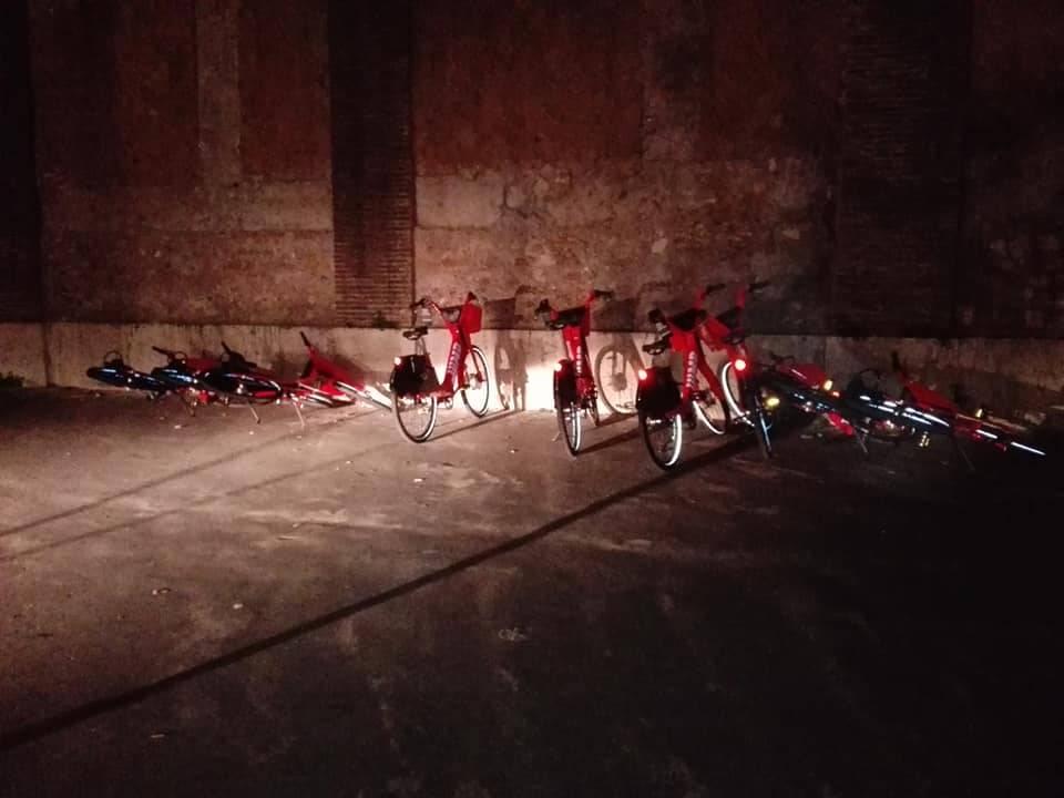 Roma, Uber lancia il bike sharing: ma le bici sono già nel mirino dei vandali