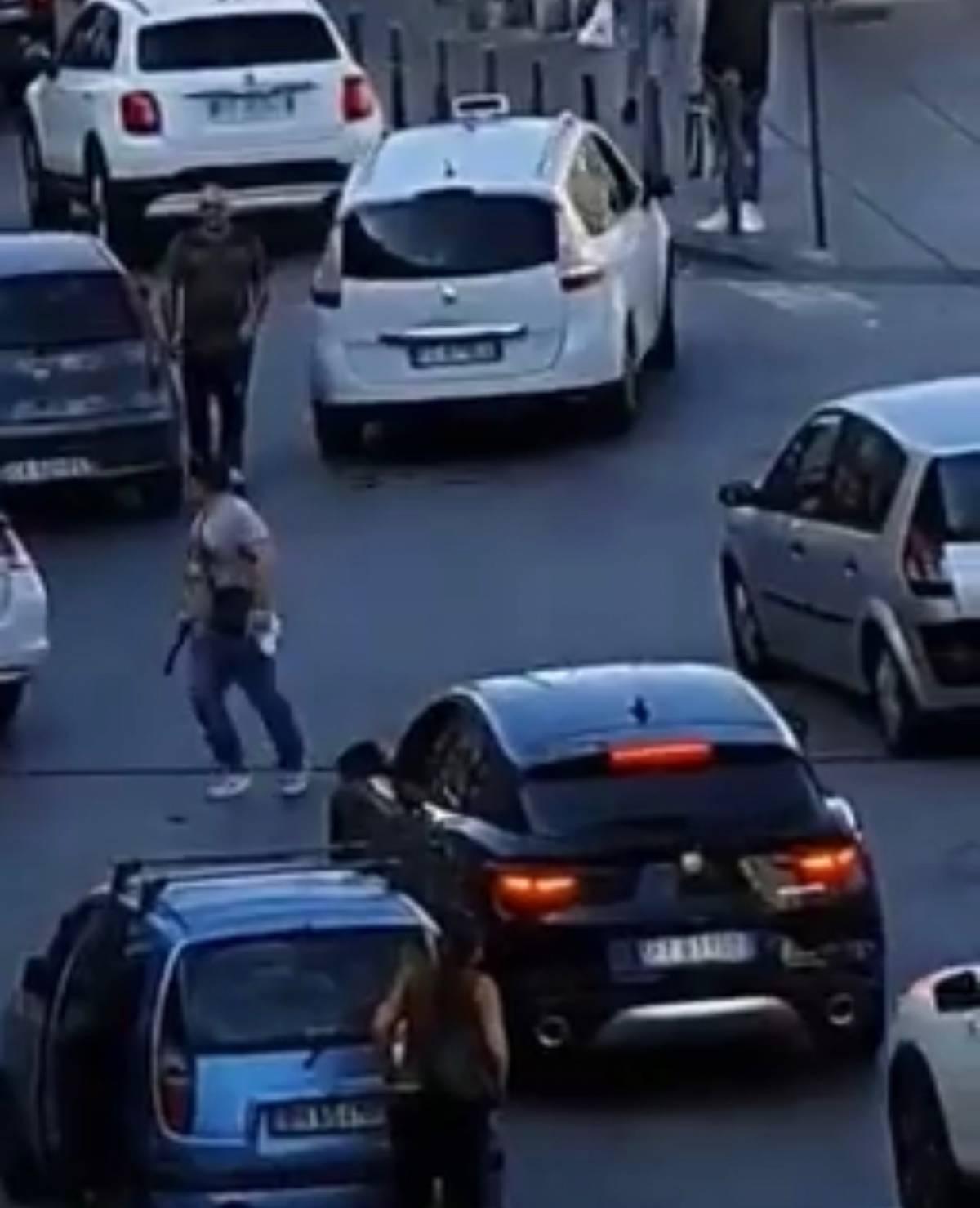 Napoli, rissa tra automobilisti in Corso Lucci: taxi preso a sprangate