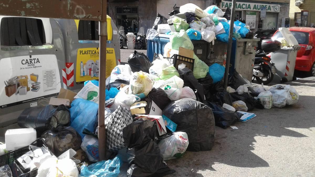"""Caos a Napoli, i rifiuti invadono anche Chiaia: """"Pericoli anche per la salute"""""""