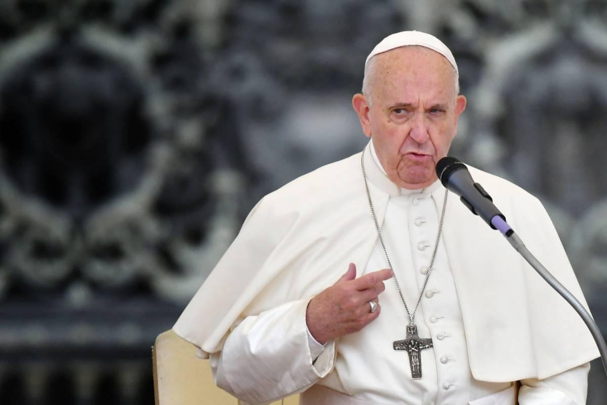 L'anatema di Papa Francesco su maghi e cartomanti