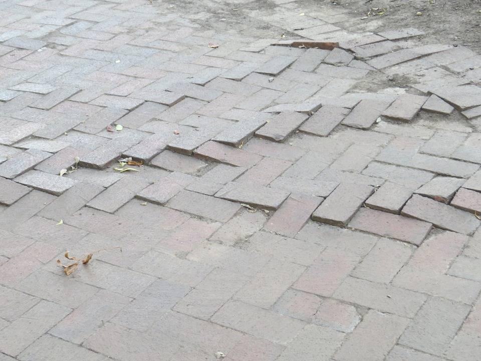 Scivola su un marciapiede danneggiato: nozze saltate per una turista emiliana