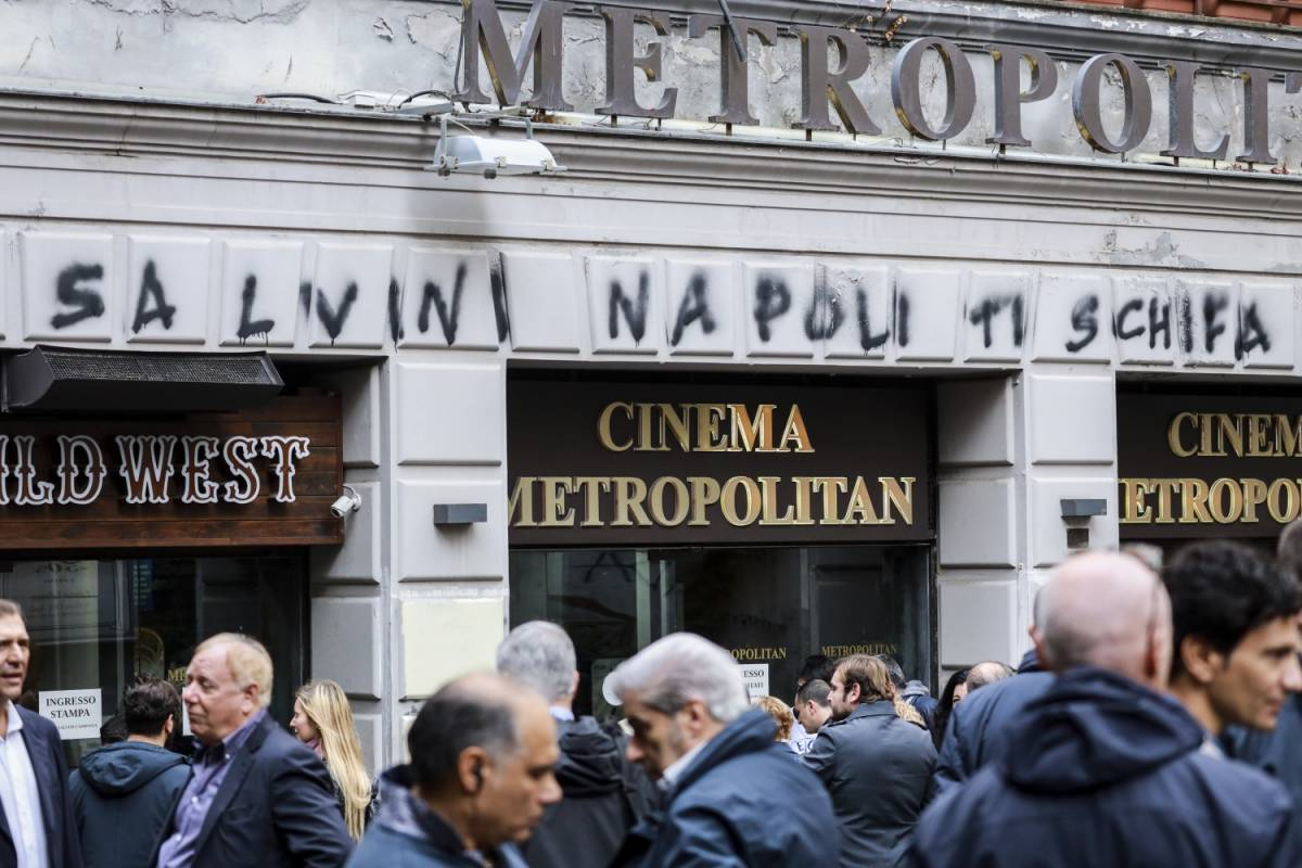 Scritte offensive contro la Lega per l'arrivo di Matteo Salvini in città