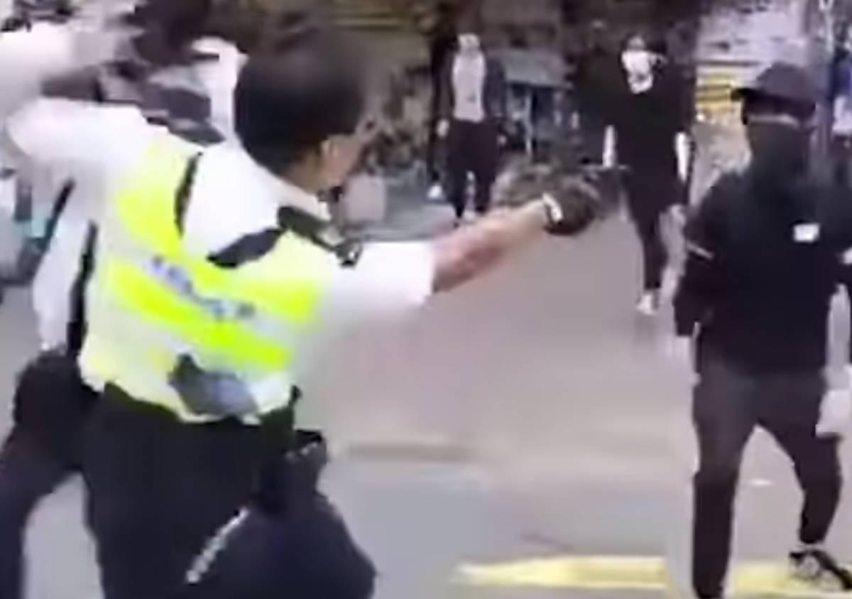 Hong Kong, la polizia spara: manifestante in condizioni critiche