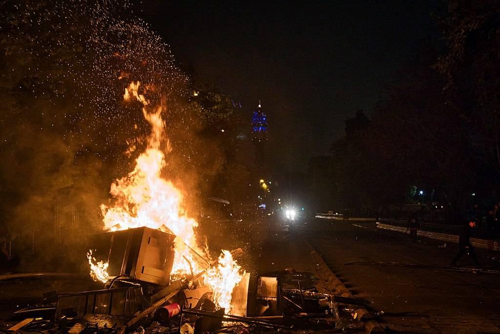 Proteste in Cile, manifestanti assaltano una chiesa e bruciano le immagini sacre